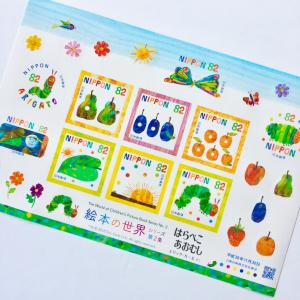 大人気絵本「はらぺこあおむし」が切手シートで登場!絵本を彷彿とさせる細かいデザイン♥
