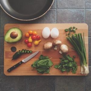 【家事の裏ワザ】台所にある〇〇でイヤ~な「まな板ニオイ」を一発で落とす方法