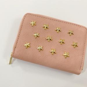 【ダイソー】星スタッズつき財布が、あの有名ブランドに激似!? 300円とは思えないかわいさが人気!