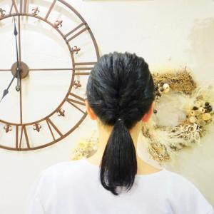「くるりんぱ」+「ねじねじ」するだけ!くせ毛でも梅雨に負けない大人かわいいヘアアレンジ術