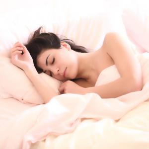"""「それ、太る原因かも…」睡眠の質を下げる夏の""""冷え""""の徹底対策!寝具を変えればやせる!?"""