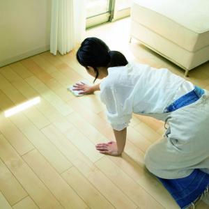 """【お掃除のプロに聞いた】1日10分!床の水拭きで""""打ち水効果""""…結果、部屋が涼しくなる!"""