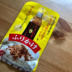 【カルディ】大人気の「黒酢たまねぎドレッシング」がふりかけに!?どんな味なのか実際に使ってみた!