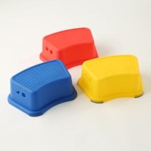 【3COINS】ポップなカラーの「キッズスツール」はおしゃれなだけでなく使い勝手もバツグン♪