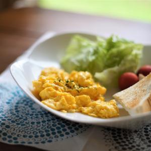 """ホテルの朝食級な「スクランブルエッグ」の作り方!‶ふわとろ""""食感は豆腐のチョイ足しで"""
