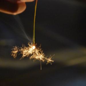 【線香花火を長持ちさせる裏ワザ】「準備」と「持ち方」をマスターすれば線香花火は長~く楽しめます