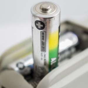 乾電池の残量を見極めるスゴい方法!「えっ、落とすの!?」