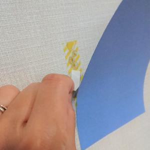 【暮らしの裏ワザ】壁に穴を開けずにポスターを貼る方法!なんと、磁石を使うんです!