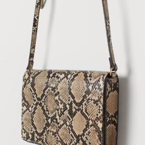 【H&M】トレンドのパイソン柄ショルダーバッグが可愛いすぎるのにまさかの1899円!?