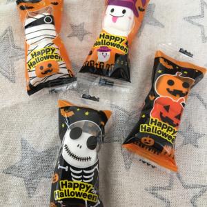 【ダイソー・お菓子】個包装のハロウィンマシュマロがお出かけ時に便利!1パックに2つ入り、柄は4種類!