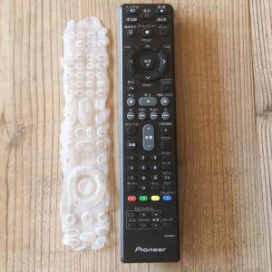 【掃除の裏ワザ】「TVリモコン」を隅々までキレイにする方法!「えっ、木工用ボンド使うの⁉」やってみた