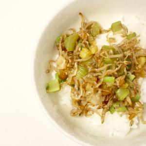【タモリレシピ】大根の葉っぱがこんなにウマいなんて!切って炒めるだけのちりめんじゃこ丼を作ってみた