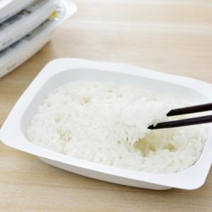 【Twitterで話題】電気もガスも使わずに「パックご飯を温める」方法が!使うのは冬に必需品のアレ!