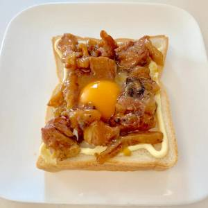 【家事ヤロウレシピ】「乗せて焼くだけ」の惣菜トースト!生卵とあの缶詰をONして焼くといい香り