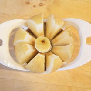 【ダイソー】の「リンゴカッター」はリンゴが一瞬で8分割に!しかも芯も同時にカット!