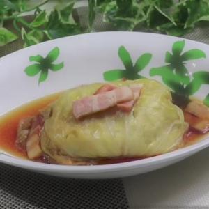 【炊飯器でほったらかしレシピ】まるごと1個入れるだけ!コンソメ風味のキャベツ煮が旨すぎた!