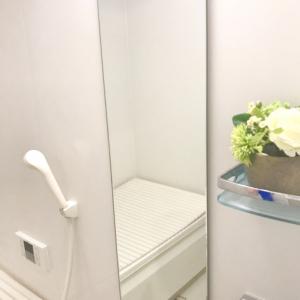 """【掃除の裏ワザ】お風呂の「鏡の水垢」をキレイにとる方法!しかもアレを塗って""""ほったらかし""""でOK!"""