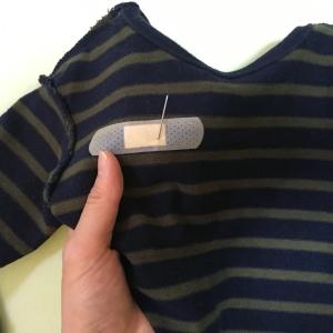 「名札の穴あき問題」を遂に解決!洋服に穴が開きにくくなる裏ワザとは?