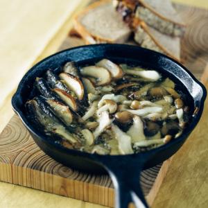 【簡単きのこレシピ】お店みたいな「きのこのアヒージョ」の作り方!オイルサーディンの塩味でパンがススム