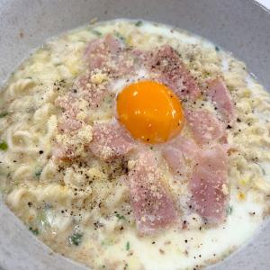【Twitterで話題】「レンジ濃厚塩カルボ麺」は牛乳とインスタント麺でカルボナーラ風に!