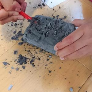 【ダイソー】自宅で発掘作業が体験できる「昆虫を発見しよう 発掘玩具」なら子どもも学者気分!