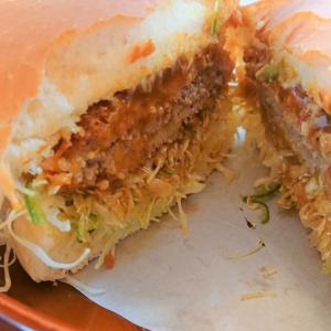 【新宿中村屋xコメダ珈琲店】ピリッとした味が夏にぴったり「カリーメンチカツバーガー」発売開始