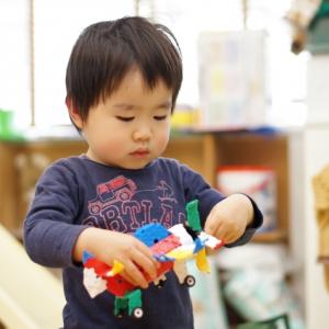 おもちゃを片づけない、急に走り出す。育児中の「困った」にどう対処する?