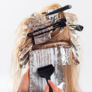 年齢とともに気になってきた白髪の量。白髪染めって何歳から?白髪予防につながるヘアケアは?