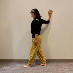 【ヨガインストラクターが教える】肩こりや腰痛・顔のむくみを解消!壁を使った簡単ヨガポーズ3選(上半身編)