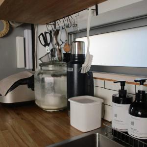 冷蔵庫の食材が見つからない、食器が多すぎてごちゃごちゃ…キッチンや冷蔵庫をスッキリ使いやすくする方法4選