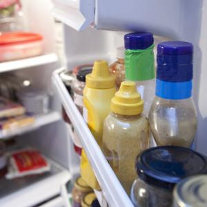 手垢や調味料で汚れがちな冷蔵庫、どう掃除する?2つのアイテムで時短しながらキレイにするワザ 【タスカジさんに聞く!週末小掃除テクニック】