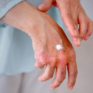 荒れた肌は雑菌が残りがち!?手荒れが確実に改善できるハンドケア方法とハンドクリームの選び方