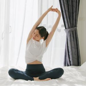 【ヨガインストラクターが教える】起きるのが辛い冬の朝に!ベッドの上でできる簡単朝ヨガポーズ