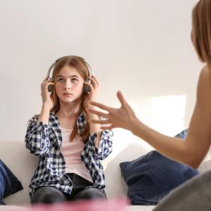 部屋着のまま子どもを叱ると逆効果?親子関係を良くする部屋着の選び方