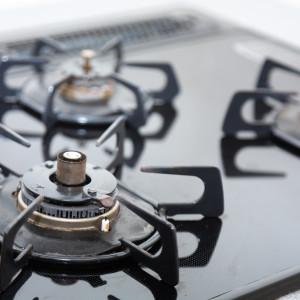 コンロに油が飛び散ってギトギト…油汚れがスッキリ落ちる5つのアイテム