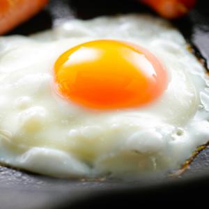 """フライパンに直接卵を割り入れるのはNGだった!?今よりも断然おいしい""""究極の目玉焼き""""を作る3つのポイント"""