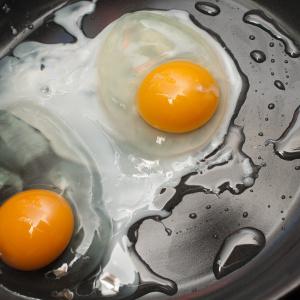 目玉焼きを今よりもっとおいしく焼く裏ワザ|この一手間で「濃厚」な卵焼きに変身