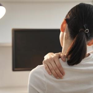 「肩がこりすぎて背中がバキバキ……」1回1分!理学療法士が勧める、肩こり解消とダイエットに効く運動習慣