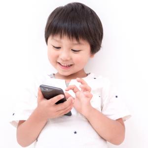 【親子で学ぶスマホ講座5】10歳以下の子どもに近距離でスマホを見続けさせるのはNG!スマホの怖い落とし穴
