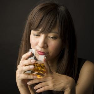 キッチンドリンカーはアルコール依存症予備軍!?実は男性よりも女性のほうが依存しやすいって本当?