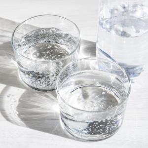 飲み残した炭酸水で家中ピカピカ!手あかや油汚れをカンタン&ラクに落とす裏ワザ|子どもやペットがいる家庭にピッタリ