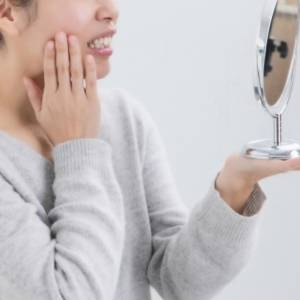 顔歪んでる?顎が痛い?もしかして片側噛みしていませんか?歯科医師が教える片側噛みの影響とは