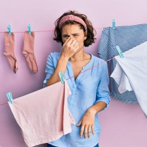 """「洗濯洗剤は多めに入れる」はNG!部屋干しで衣類が臭くなる""""やってはいけない3つのNGポイント"""""""