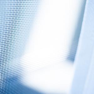窓を開けるたびに目につく網戸の汚れ……。面倒な網戸掃除は今すぐ解決!カンタンなのにキレイになる方法