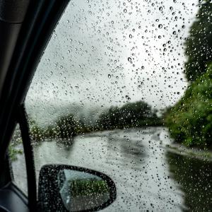 """雨で車内が濡れて不快……雨の日にマストな""""車内を濡らさず快適に乗れる""""3つの便利グッズ"""