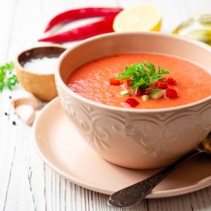 「トマトジュース」と材料を混ぜて冷蔵庫に入れるだけ!準備は3分「冷製トマトスープ」のつくりかた