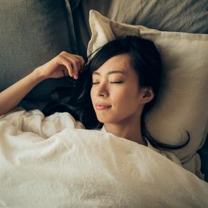 """眠れない夜に。ぐっすり眠れるようになる""""寝る前1分あし裏マッサージ"""""""
