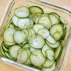 【夏の常備菜】切って塩でもむだけ!「スライス塩きゅうり」を使ったさっぱりレシピ3選
