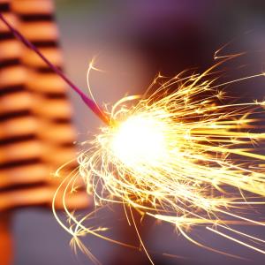 持ち手花火の後片付けが面倒なら…そのまま捨てられるラクチン火消しの裏技とは?