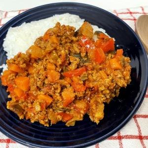トマト缶を使えば煮込む必要なし!簡単「彩り夏野菜のキーマカレー」はまるで煮込んだような味わい